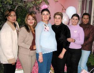 <b><u>03 de febrero </b></u> Jessica Villarreal Mota acompañada de las organizadoras de su fiesta de regalos, Carolina García, Silvia García, Angélica Ávalos, Patricia Mota y Gabriela Villarreal.