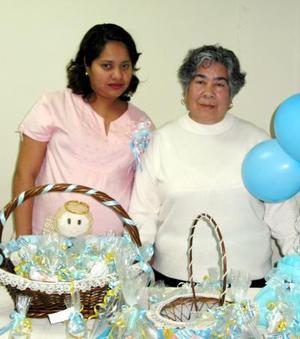 Nereida Rivera acompañada de la señora Victoria Caldera, organizadora de su fiesta de regalos.