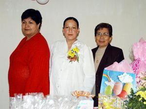 <b><u>05 de febrero </b></u><p>  Yasmín Hernández de Díaz acompañada de Lilia Hernández y María del Carmen de Díaz, anfitrionas de su fiesta de canastilla.