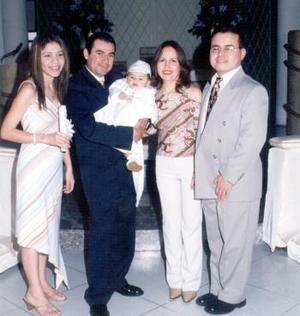El pequeño Ángel Arturo Dena Santacruz junto a sus padres, Lic. Arturo Dena y Dra. Mary Santacruz de Dena y sus padrinos C.P. Antonio Santacruz y C.P. Laura López.
