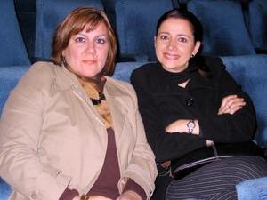 Marcela de Wong y Anabel de González.