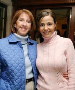 Márgara Dueñes Correa acompañada por Laura González de Rodríguez, en el festejo pre nupcial que le ofrecieron en días pasados.