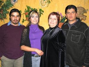 Oralia Vargas Vda de Ramírez con sus hijos Alejandro, Adriana y Paco.