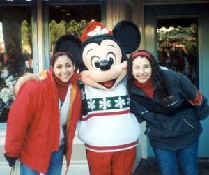 <u> 01 de febrero </u> <p> Martha y Ana Laura Ochoa Valdés, en las vacaciones que realizaron a Disneylandia.