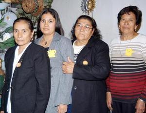María de la Luz Rivera Barrón, acompañada de algunas de las invitadas a su despedida de soltera.