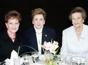 <u> 02 de febrero </u> <p> Mussy de Urow, Genoveva de Valencia y Chelo de González, captadas en un convivio social celebrado recientemente.