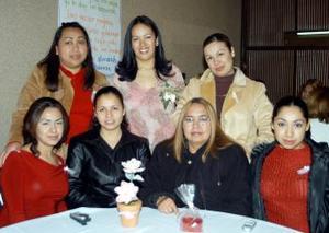 Elizabeth Salazar Lozano en compañía de algunas asistentes a su despedida de soltera.