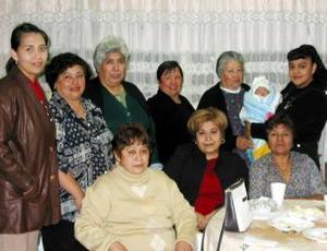Lorena Valles de Pérez en compañía de algunas asistentes a la fiesta de bienvenida que se le ofreció a su bebé.