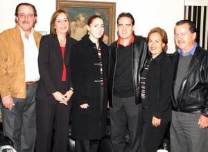<u> 04 de febrero </u> <p> Iván Gutiérrez Leal y Regina Setien Valenzuela en la despedida que les ofrecieron sus papás, Víctor Setien, Regina Valenzuela, Lupita de Gutiérrez y Omar Gutiérrez.