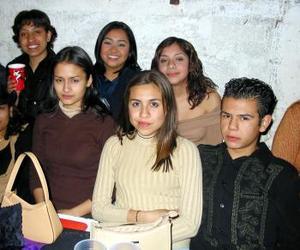 <u> 05 de febrero </u> <p> Valeria Camacho Arrañaga en compañía de sus amigos, quienes la acompañaron en la fiesta de cumpleaños que se le organizó en días pasados.
