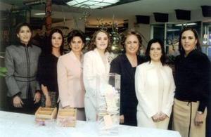 Brenda Braille  acompañada de Cecy Villalobos de Gutiérrez, Astrid Baille Berlangam, Butsy Díaz de León, Laura Marcela de Baille, Mary Villalobos y Marcela Baille.