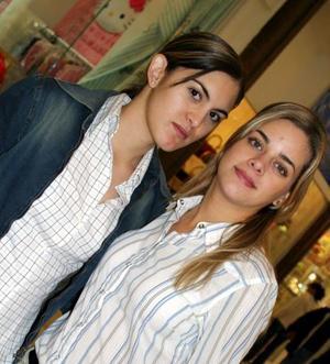 Andrea Murguiro y Estefanía Vuruato en un centro comercial de la localidad.