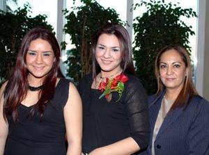 Esperanza Soto en compañía de su hermana, Adriana Soto Alonso y de su mamá, Esperanza Alonso de Soto, durante su despedida de soltera