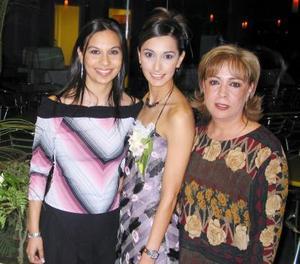 Líala Reyes Pámanes acompañada de su hermana Amy y de su mamá Mary Toña Pámanes.