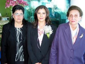 Maricruz Martínez Ruiz acompañada de Aurelia  de Martínez y Josefina Martínez de Campa