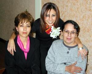 <b><u>06 de febrero </b></u><p> Naiffe Denisse Suárez Hernández en compañía de las anftrionas de su fiesta Rosy Suárez y  Rosalba de Elías.