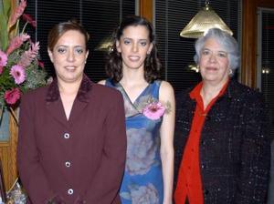 Claudia Verónica en compañía de su mamá Marilyn Martínez de Herrera y su futura suegra María Guadalupe Morales Martínez.