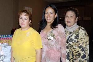 Elizabeth Salazar, en compañía de las anfitrionas de su despedida.