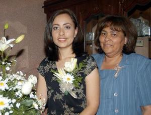 Jenny Silos Aguilera en compañía de Julia Silos en la despedida de soltera que se le ofreció por su próximo enlace nupcial.
