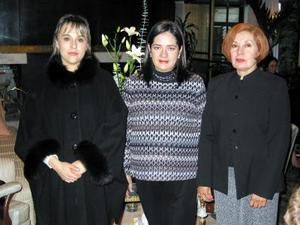 <b><u>07 de febrero </b></u><p> Jossie Muñoz de Cruz con Josefina del Río de Muñoz y Karla Ayala de Muñoz organizadoras de su fiesta de canastilla.