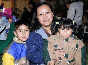 Los pequeños Cristian y Sayra Muñoz García junto a su mamá Cristina García