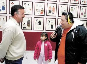 Adrián Herrera con su hija Andrea en el momento de dar sus impresiones a 'Flippy' Nevárez en la transmisión de la entrega de premios por 95 F.M.