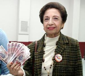 Sin poder creerlo, Dorita Andriópulos Machado comprobó que realmente era ganadora, ella al igual que los otro cuatro ganadores se llevó 10 mil pesos.