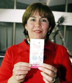 Emocionada Leticia del Carmen Villalón presenta su tarjeta que le hizo ganar en la semana de juego NRO 2.