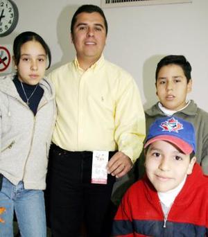 Felices llegaron a las instalaciones de El Siglo de Torreón, Enrique Cancino Chávez y sus hijos Estefanía, Enrique y Pol a registrar su tarjeta ganadora del juego de Siglomanía.
