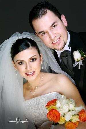 D- Ing. Omar O Castillo Jara y Lic Cynthia Catalina Alcalá Salgado recibieron la bendición nupcial en la Parroquia de Nuestra Señora de la Virgen de la Encarnación el 24 de enero de 2004.  <p> <i>Estudio: Laura Grageda. </i>