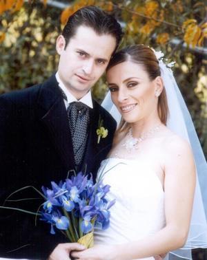 Sr. Sergio Reyes Carmona y Srita. Olga Elisa García Garza contrajeron matrimonio religioso en la capilla de Casa de Cristiandad el primero de noviembre de 2003. <p> <i>Estudio: Carlos Maqueda. </i>
