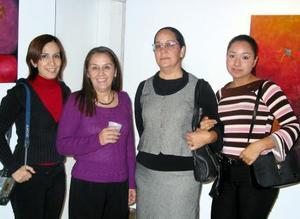 Ángela Escamilla, Soledad y Alejandra Gordillo acompañan a Rosy Gordillo durante su exposición 'Obscura Belleza'