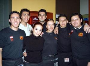 Bernardo, Óscar, Gerardo, Isaac, Anny, Mónica y Édgar, en un café de la localidad.