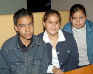 Carlos Guillermo Ezquerra, María Enriqueta y Luz María Gual.