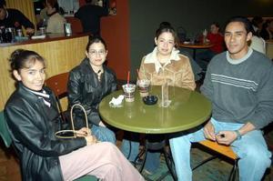 Claudia  Landeros, Nathaly Andrade, Daphne Andrade y René Moreno.