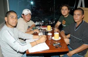 Roberto García, Gerardo Estrada, José Rodríguez y Juan Carlos Hurtado en una tarde de café.