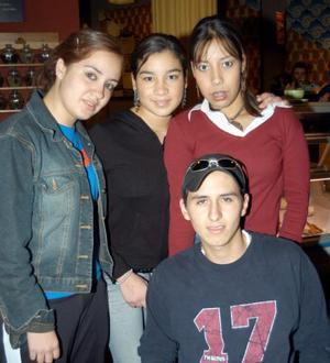 Carlos, Irma María, Carla y Érika captados en un café de la localidad.