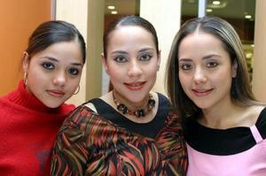 Alicia Jaime de Ruiz acompañada de sus hermanas en la fiesta de regalos que le ofrecieron recientemente.