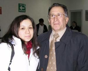 Nadia Jasso fue despedida por su papá Horacio Jasso antes de viajar a la Ciudad de México.