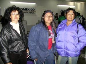 A Mérida Yucatán regresó María del Socorro y fue despedida en el aeropuerto por Maricela Pinedo y Mayra Moreno.