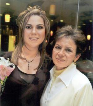 Beatriz Esparza Braña en compañía de su mamá, María Teresa Braña de Esparza, en la despedida de soltera que le organizó en días pasados.