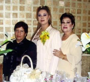 Mayra Ilenia Garibay Soto acompañada por su mamá, Hortensia Soto de Gaibay y su futura suegra, Concepción Aragón, en la fiesta pre nupcial que le ofrecieron en días pasados.