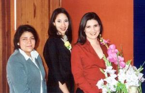 Carla Sosa Lugo acompañada por Mary Carmen González y Vanessa Loera en una de sus despedidas de soltera.