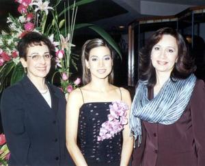 Ana Elisa con su mamá, María Elisa Corrales de Viesca y su futura suegra Alicia Abularage de Fernández organizadoras del evento.