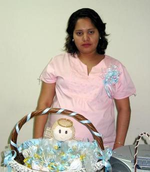 Nereida Rivera recibió un gran número de obsequios, en la fiesta de regalos que le organizaron por la próxima llegada de su bebé.