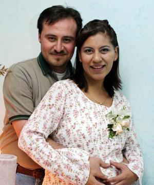 Rebeca Rivera de Aguilar acompañada de su esposo Felipe de Jesús Aguilar Reyes, en la fiesta de regalos que se le ofreció por el próximo nacimiento de su bebé.