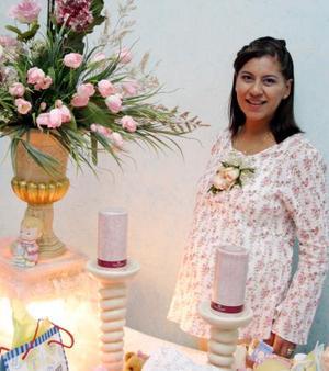 Rebeca Rivera de Aguilar recibió sinceras felicitaciones, en la fiesta de regalos que le organizaron por el nacimiento de su bebé