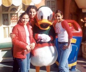 Martha, Ana Laura y Malu Ochoa Valdés, captadas en sus vacaciones por Disneylandia.