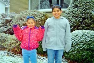 Samantha y Jessica Fraser Bollaín y Goitia, captados junto a su hogar en Pittsburgh.