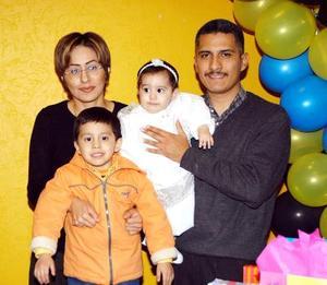 <b><u>09 de febrero</b></u><p> Luis Eduardo Garza Navarro acompañado de sus papás, Dulce Navarro y Luis Ernesto Garza y su hermanita en la fiesta que le ofrecieron por su cumpleaños.